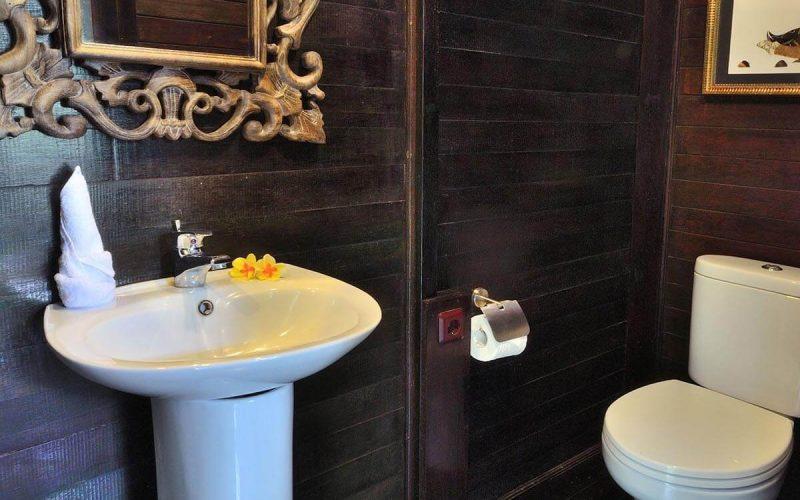 jendela di bali kingfisher toilet 01